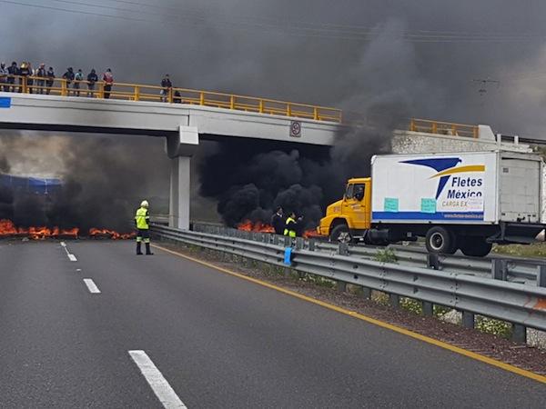 Levantan bloqueo en autopista Puebla-Orizaba por protesta de huachicoleros